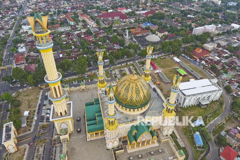 Foto kawasan Masjid Hubbul Wathan Islamic Center NTB dengan menara 99 Asma'ul Husna atau minaret masjid setinggi 99 meter di Mataram, Ahad (4/6).