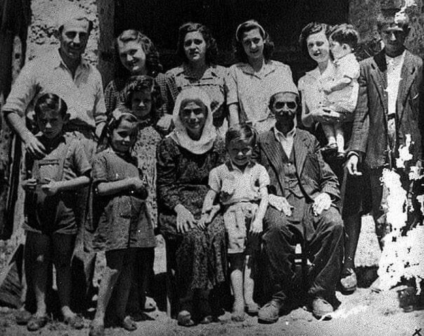 Foto keluarga Veseli berpose dengan dua keluarga Yahudi yang mereka lindungi dan selamatkan selama Perang Dunia II