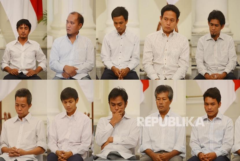 Foto kolase sepuluh orang Anak Buah kapal (ABK) PT Patra Maritime Line saat akan dikembalikan kepada keluarga di Gedung Pancasila Kementerian Luar Negeri, Jakarta, Senin (2/5). (Republika/Raisan Al Farisi)