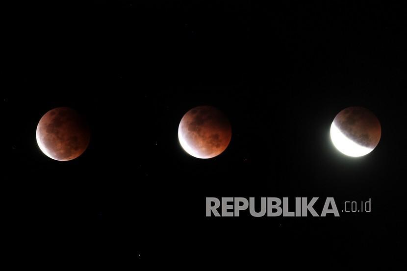 Foto kombinasi fase gerhana bulan total terlihat di kawasan pesisir pantai utara Indramayu, Jawa Barat, Rabu (27/5/2021). Gerhana bulan total tersebut terjadi selama sepuluh menit mulai dari pukul 18.18 hingga 18.28 WIB.