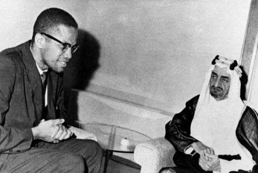 Foto langka Malcolm X bersama Putra Mahkota Pangeran Arab Saudi Faisal Al-Saud di Jeddah pada April, 1964.