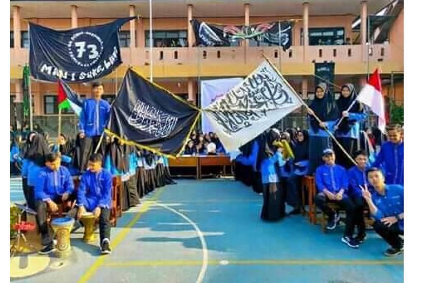 Foto para siswa-siswi mengibarkan bendera yang lantas menjadi viral di media sosial.