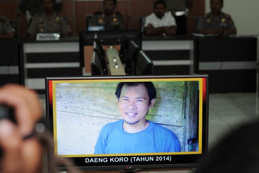 Foto Pimpinan Militer Mujahid Indonesia Timur (MIT), Daeng Koro alias Sabar Subagyo alias Antad Rawa yang ditunjukkan Polisi kepada wartawan di Mapolda Sulawesi Tengah di Palu, Rabu (8/4).