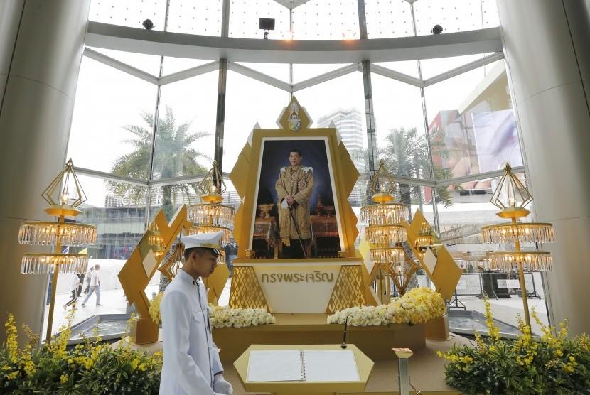 Foto Raja Thailand  Maha Vajiralongkorn Bodindradebayavarangkun dipajang di salah satu pusat perbelanjaan di Bangkok.