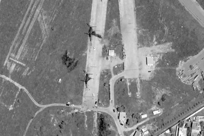Foto satelit menunjukkan Bandara Mitiga setelah diserang di Tripoli, Libya, Senin (8/4).