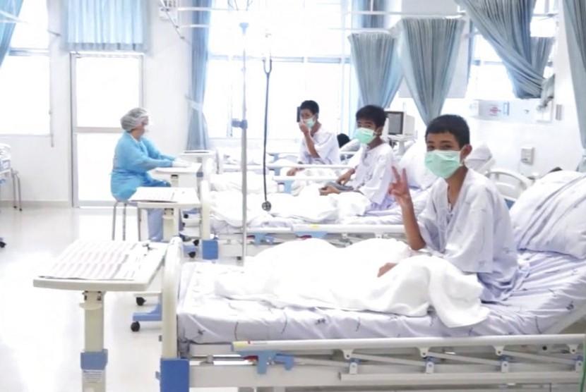 Foto tangkapan video menunjukkan tiga anggota sepak bola remaja Thailand yang diselamatkan dari gua di rumah sakit di Mae Sai, Chiang Rai, Rabu (11/7).