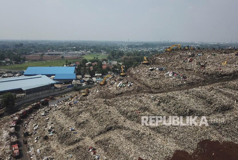 Foto udara aktifvtas di Tempat Pembuangan Sampah Terpadu (TPST) Bantargebang, Bekasi, Jawa Barat.