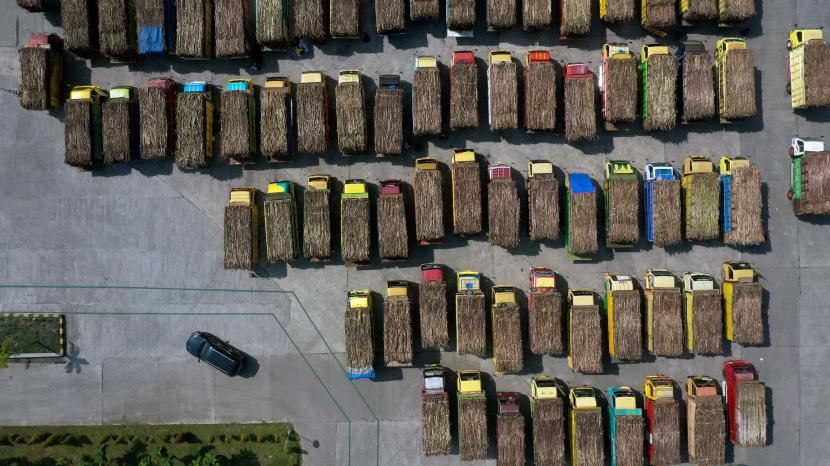 Foto udara antrean truk pengangkut tebu di pabrik gula PT. Rejoso Manis Indo (RMI) Blitar, Jawa Timur.
