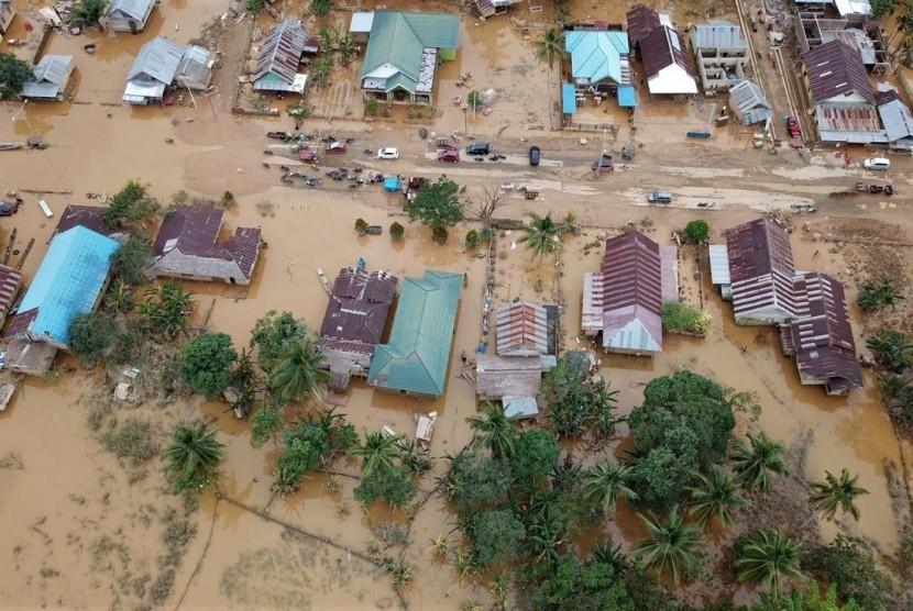 Foto udara banjir di Desa Labungga dan Desa Laronanga, Konawe Utara, Sulawesi Tenggara, Selasa (18/6/2019).