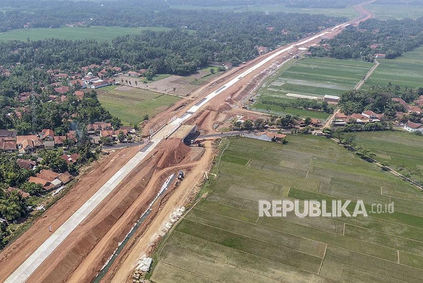 Foto udara jalur fungsional Tol Trans Jawa kawasan Pemalang-Batang, Jawa Tengah, Kamis (7/6).