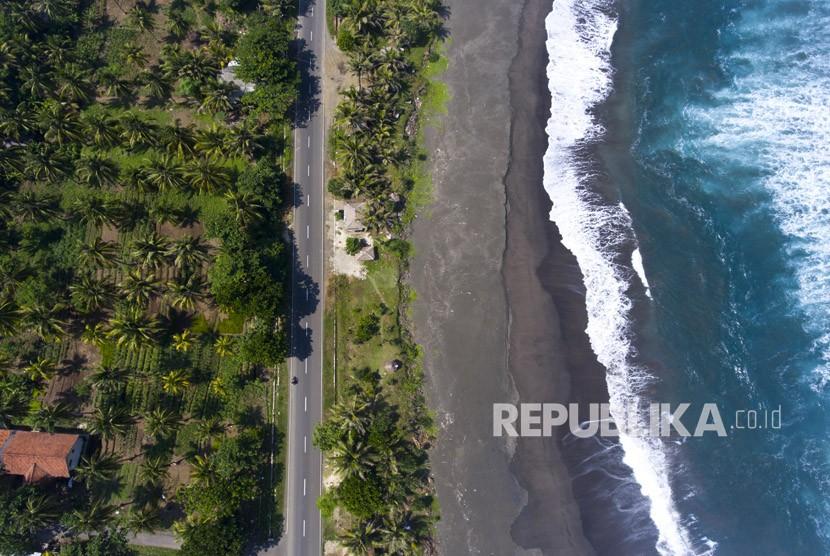 Foto udara jalur pantai selatan Jawa (Pansela) di Cimerak, Pangandaran, Jawa Barat.
