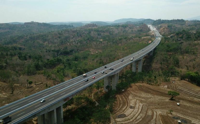 Foto udara jembatan Lemah Ireng I yang merupakan jembatan terpanjang di ruas Tol Semarang- Solo. PT Trans Marga Jateng (TMJ) selaku pengelola rutin melakukan pemeliharaan jembatan sepanjang 879 meter ini serta 24 jembatan lainnya yang ada di sepanjang ruas tol Semarang- Solo.