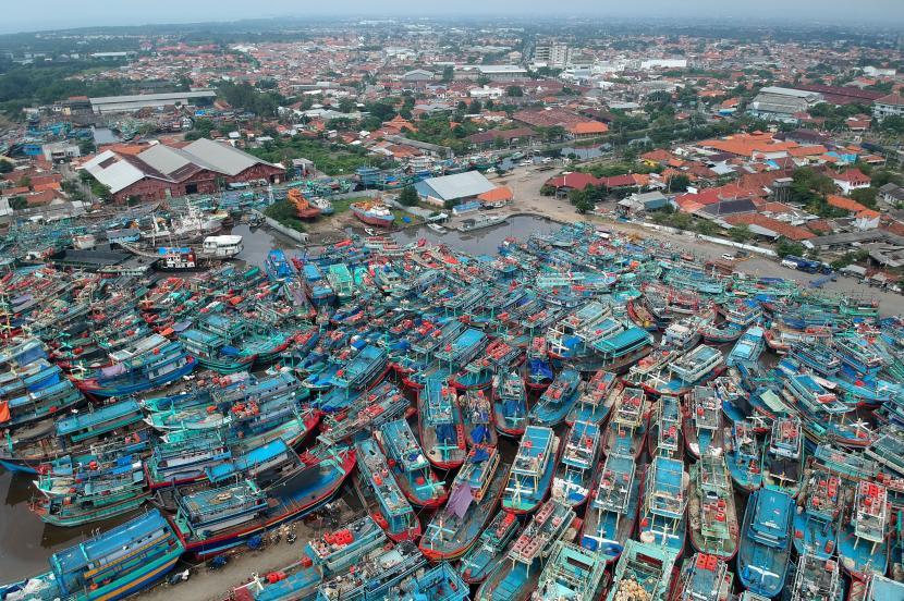 Direktur Eksekutif Pusat Kajian Maritim untuk Kemanusiaan Abdul Halim menyatakan bahwa regulasi yang mengatur perlindungan jalur bagi nelayan kecil dari Kementerian Kelautan dan Perikanan (KKP) merupakan bentuk kepastian hukum bagi mereka. (Foto: Kapal nelayan bersandar di Pelabuhan Tegal, Jawa Tengah)