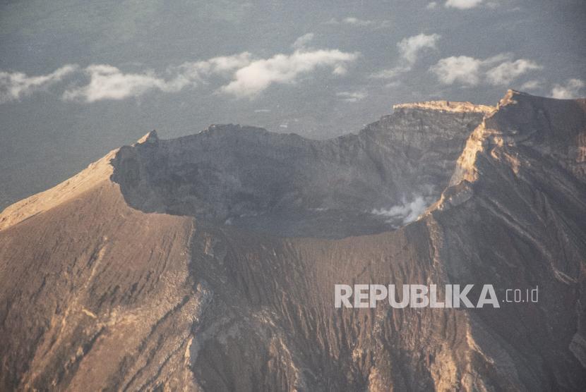 Foto udara kawah Gunung Agung di Karangasem, Bali, 28 Maret 2018.