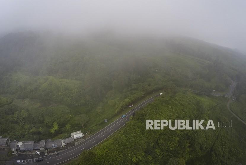 Foto udara kawasan Tanjakan Emen, di Kabupaten Subang, Jawa Barat, Selasa (27/2).