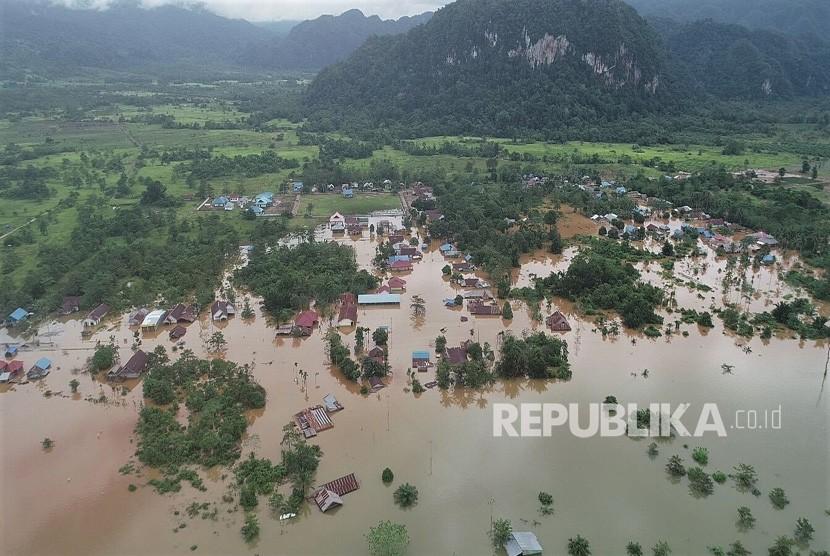 Foto udara kondisi banjir bandang yang merendam rumah warga di Kecamatan Asera, Kabupaten Konawe Utara, Sulawesi Tenggara, Selasa (11/6/2019).