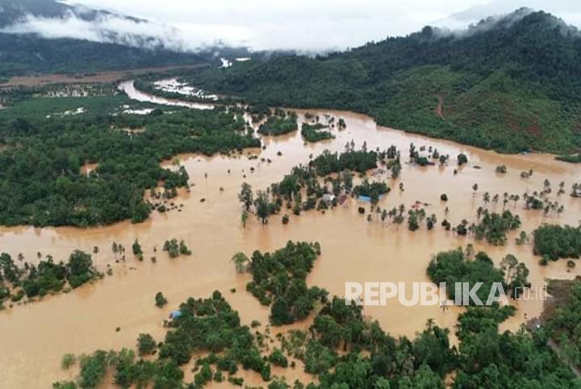 Foto udara kondisi banjir yang merendam perumahan warga di Kecamatan Asera, Konawe Utara, Sulawesi Tenggara, Minggu (9/6/2019).
