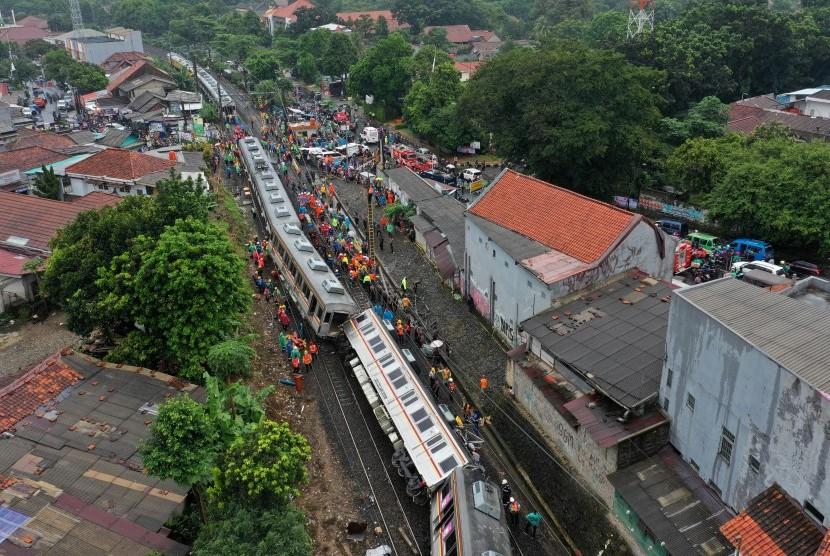 Foto udara kondisi KRL Commuter Line 1722 yang anjlok di pintu perlintasan Kebon Pedes, Tanah Sareal, Kota Bogor, Jawa Barat, Minggu (10/3/2019).