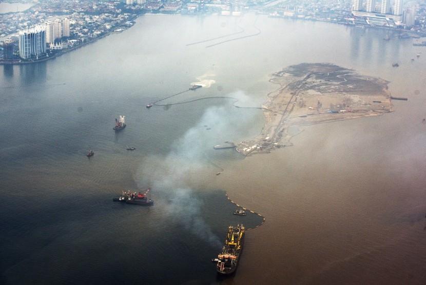 Foto udara kondisi perairan di sekitar wilayah reklamasi di Teluk Jakarta