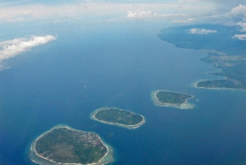 Foto udara memperlihatkan gugusan pulau Tiga Gili (dari kiri kekanan, Gili Trawangan, Gili Meno dan Gili Air) di pesisir pantai Desa Gili Indah, Kecamatan Pemenang, Tanjung, Kabupaten Lombok Utara, NTB.