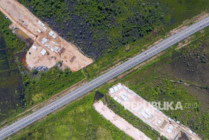 Foto udara pembangunan simpang susun tol Kayu Agung-Palembang-Betung (Kapal Betung) yang terhubung dengan tol Palembang-Indralaya (Palindra) di Desa Ibul Besar I, Pemulutan, Ogan Ilir (OI), Sumatra Selatan, Jumat (28/12/2018).