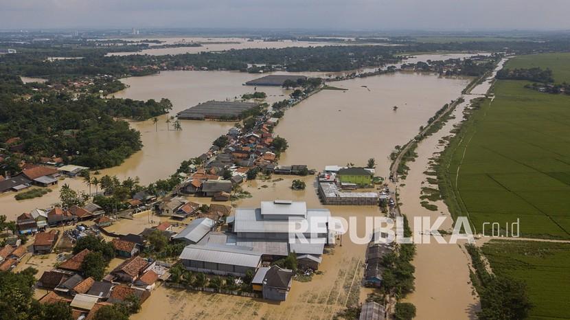 Foto udara pemukiman warga yang terdampak banjir akibat luapan Sungai Cibe
