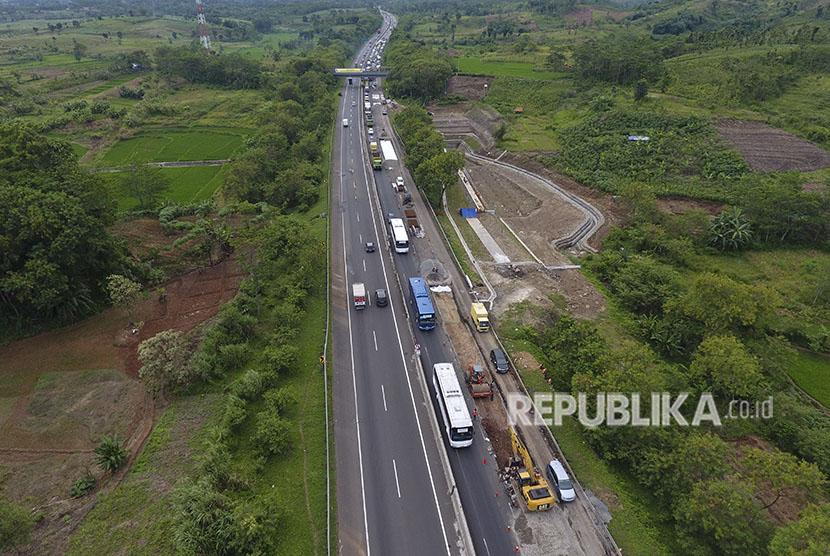 Foto udara pengerjaan perbaikan jalan Tol Purbaleunyi KM 91 di Purwakarta, Jawa Barat, Rabu (23/5).