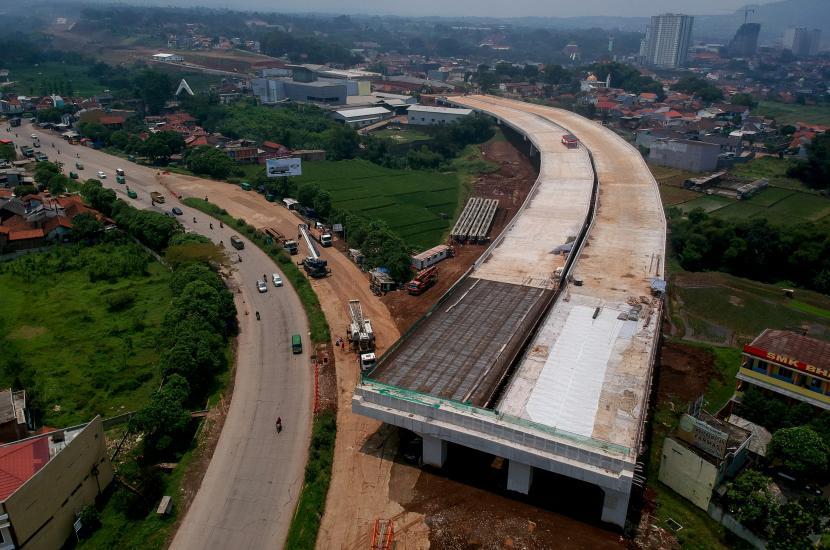 Foto udara proyek pembangunan Jalan Tol Cileunyi-Sumedang-Dawuan (Cisumdawu) di Jatinangor, Kabupaten Sumedang, Jawa Barat, Jumat (19/3/2021). Proyek Jalan Tol Cisumdawu yang telah mencapai 84,38 persen tersebut rencananya akan menjadi jalur alternatif pada arus mudik lebaran 2021 bagi pemudik yang akan menuju Kabupaten Sumedang.