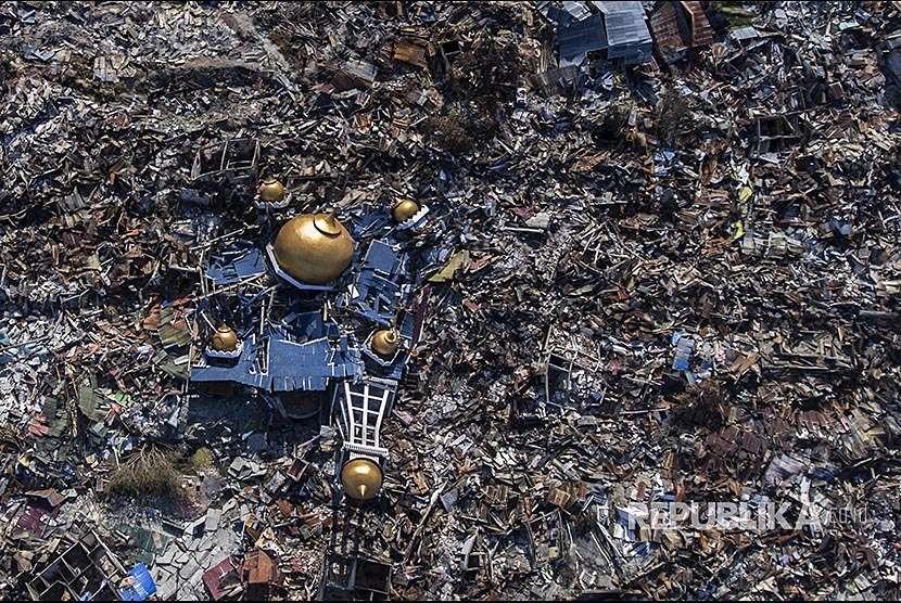 Foto udara reruntuhan masjid di antara rumah-rumah warga yang hancur akibat gempa 7,4 pada skala richter (SR) di Perumnas Balaroa, Palu, Sulawesi Tengah, Senin (1/10).
