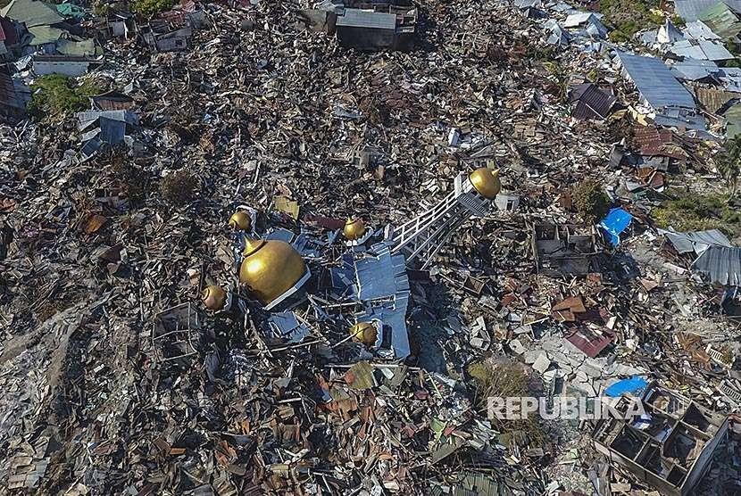 Foto udara retuntuhan masjid di antara rumah-rumah warga yang hancur akibat gempa 7,4 pada skala richter (SR) di Perumnas Balaroa, Palu, Sulawesi Tengah, Senin (1/10).