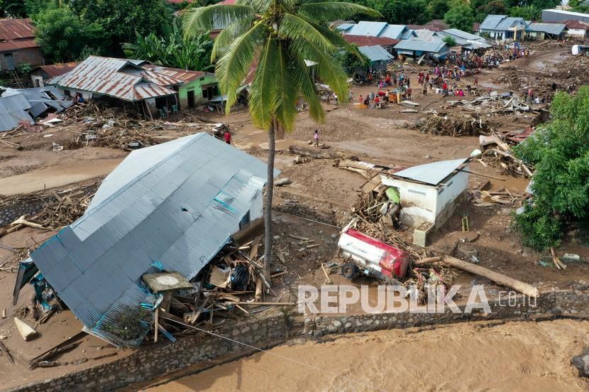 Foto udara situasi terakhir kerusakan yang diakibatkan banjir bandang di Waiwerang, Adonara Timur, Kabupaten Flores Timur, Nusa Tenggara Timur, Selasa (6/4/2021). Berdasarkan data pemerintah setempat hingga Selasa siang, sebanyak 50 orang meninggal dunia, 29 orang masih hilang, dan ratusan warga mengungsi akibat banjir yang terjadi pada Minggu (4/4).