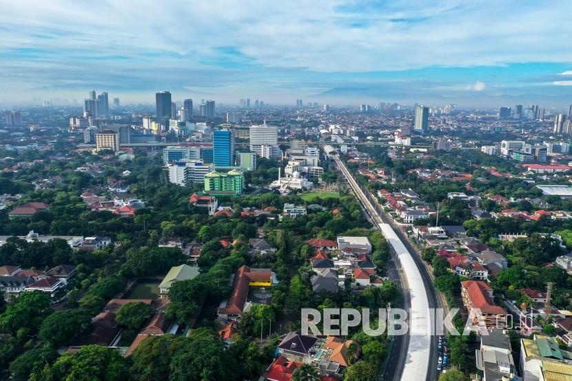 Foto udara Jalan Jendral Sudirman, Jakarta, Jumat (3/4/2020). Berdasarkan data dari situs pemantauan udara AirVisual.com pada Kamis 3 April pada pukul 12.00 WIB, Jakarta tercatat sebagai kota dengan indeks kualitas udara di angka 55 atau masuk dalam kategori sedang.