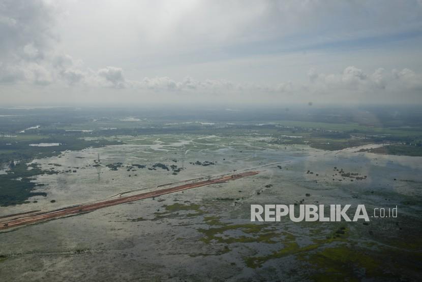 Foto udara suasana pembangunan jalan Tol Terbanggi Besar-Pematang Panggang di Mesuji, Lampung, Kamis (28/12).