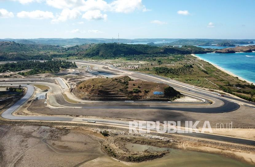 Foto udara tikungan ke-10 di proyek pembangunan lintasan Mandalika International Street Circuit di Kawasan Ekonomi Khusus (KEK) Mandalika, Pujut, Praya, Lombok Tengah, NTB, Senin (7/6/2021).