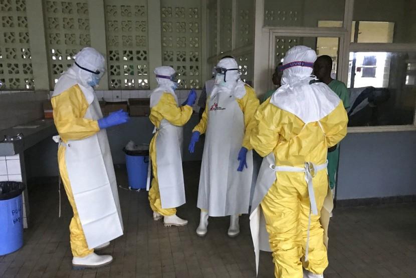 Foto yang diambil pada Ahad, 20 Mei 2018 ini menunjukkan sebuah tim dari Doctors Without Borders memakai pakaian pelindung dan peralatan untuk persiapan pengobatan pasien Ebola di rumah sakit Mbandaka, Kongo.