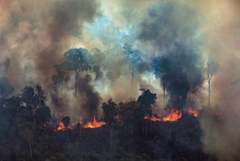Foto yang dikeluarkan Greenpeace Brasil memperlihatkan asap membubung dari api di hutan Amazon di Novo Progresso, negara bagian Para, Brasil, Jumat (23/8).