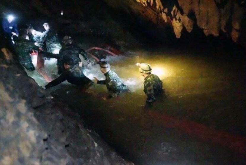 Foto yang dikeluarkan Tham Luang Rescue Operation Centre, tim pencari berjalan memasuki kompleks gua di mana 12 anak dan pelatih sepak bola mereka hilang selama 10 hari di Mae Sai, Provinsi Chiang Rai, Thailand, 2 Juli 2018.
