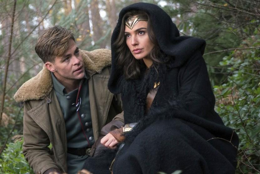 Foto yang dirilis Warner Bros. Pictures, menampilkan Chris Pine dan Gal Gadot dalam film Wonder Woman.