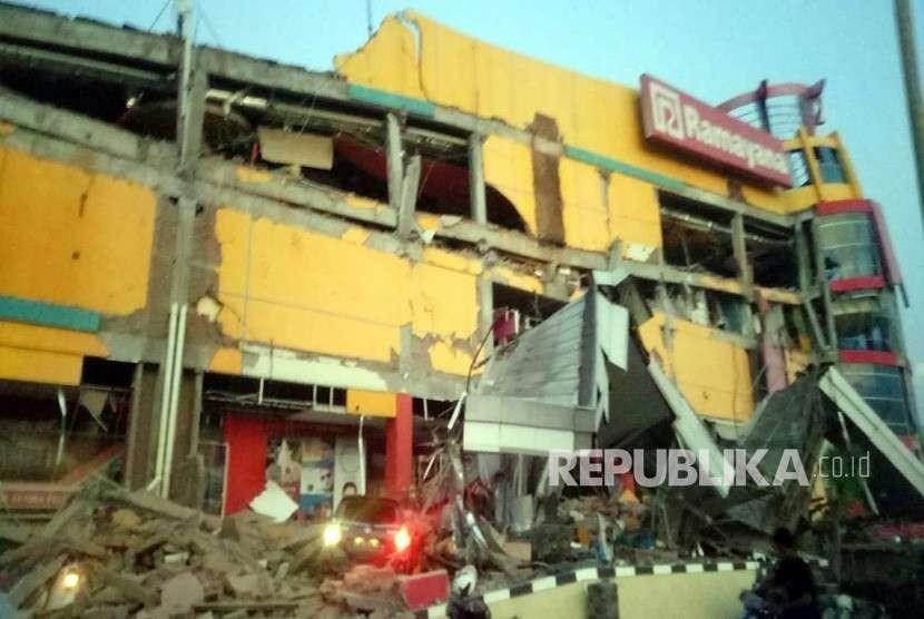 Foto yang disediakan oleh Badan Nasional Penanggulangan Bencana Indonesia (BNPB) menunjukkan sebuah pusat perbelanjaan yang runtuh setelah gempa berkekuatan 7,7 yang melanda di Donggala, Sulawesi Tengah,Jumat (28/9).