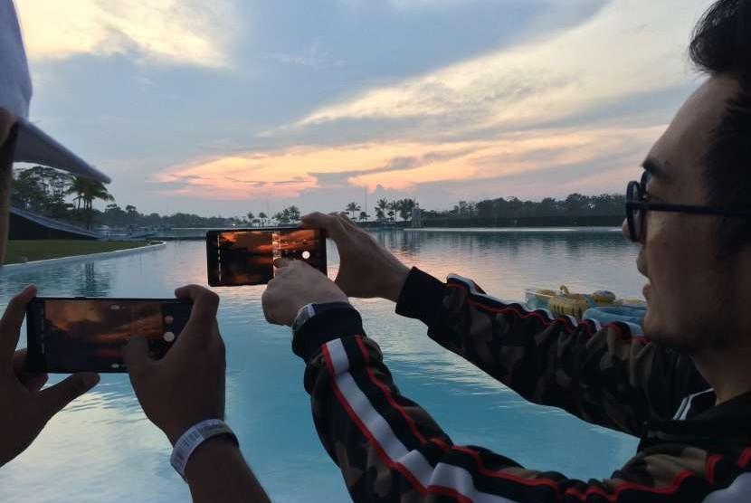 Tourists capture sunset in Bintan, Riau Island Province. (File photo)