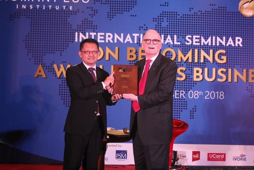 Founder dan President Human Plus Institute, Armala hari ini, Kamis (8/11) lalu sukses mencatatkan dirinya sebagai orang Indonesia pertama yang mendapatkan sertifikat internasional 'Master of Productivity Specialist (MPS)' dari Association of Productivity Specialist (APS).