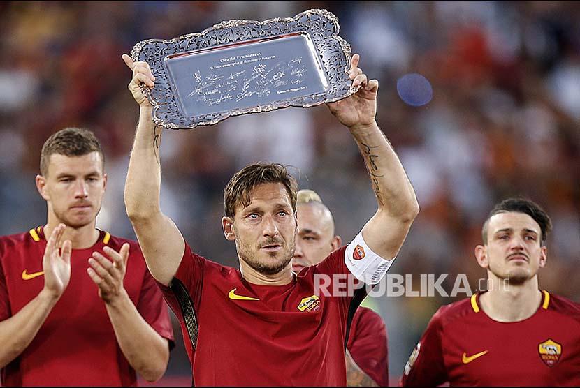 Francisco Totti menjalani pertandingan terakhir bersama AS Roma melawan Genoa CFC di Stadion Olympico, Roma, Senin (29) dini hari.