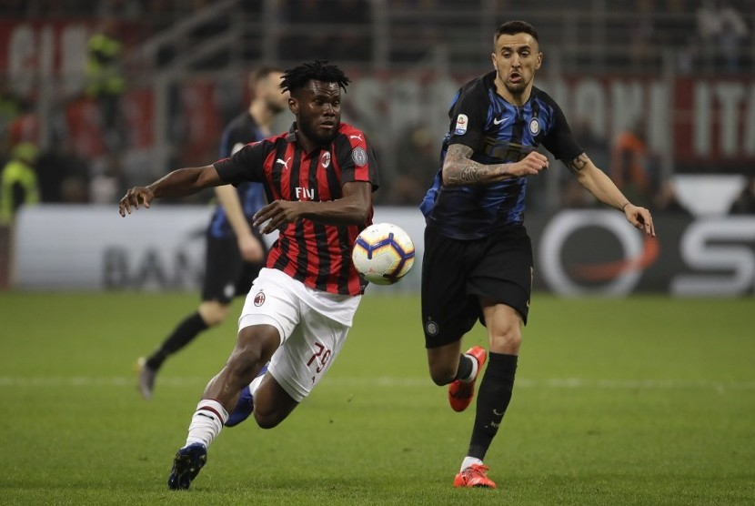 Franck Kessie (kiri) saat membela AC Milan melawan Inter Milan.