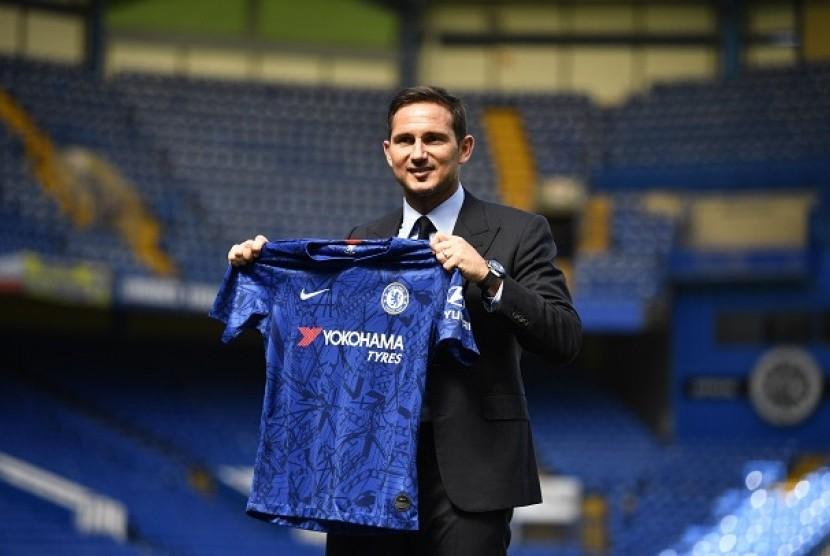 Frank Lampard saat diperkenalkan sebagai pelatih baru Chelsea di Stamford Bridge, Kamis (4/7)