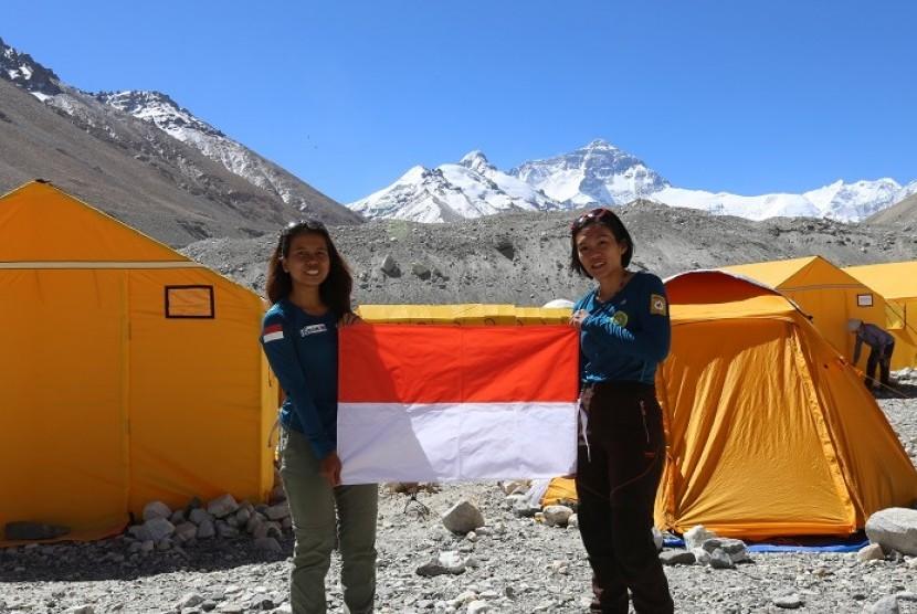 Fransiska Dimitri Inkiriwang (Deedee) dan Mathilda Dwi Lestari (Hilda), yang tergabung dalam The Woman of Indonesia's Seven Summits Expedition Mahitala Unpar (WISSEMU) sukses menuntaskan seven summits
