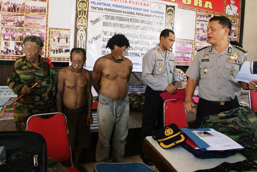 Gabungan TNI-Polri berhasil meringkus 21 orang yang diduga merupakan kelompok kriminal bersenjata (KKB) di wilayah Nimbokrang, Jayapura, Papua, Senin (11/8).