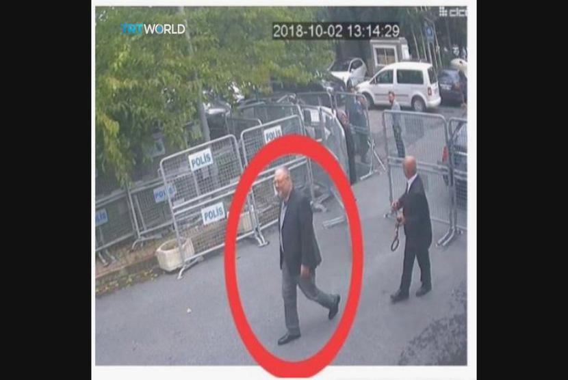Gambar diambil dari video CCTV yang diperoleh oleh penyiar Turki TRT World  pada Ahad (21/10/ 2018), konon menunjukkan wartawan Saudi Jamal Khashoggi memasuki konsulat Saudi di Istanbul, Selasa, (2/10/2018) .