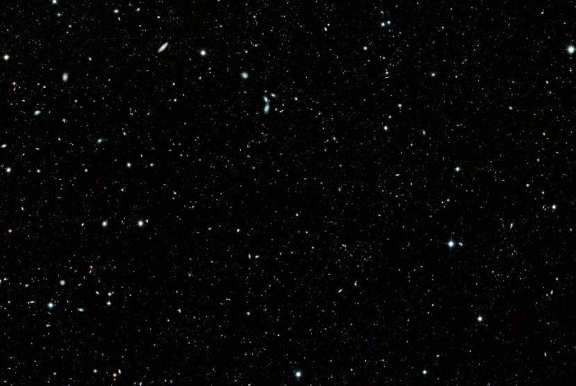 Gambar ratusan galaksi yang ditangkap oleh teleskop Hubble.