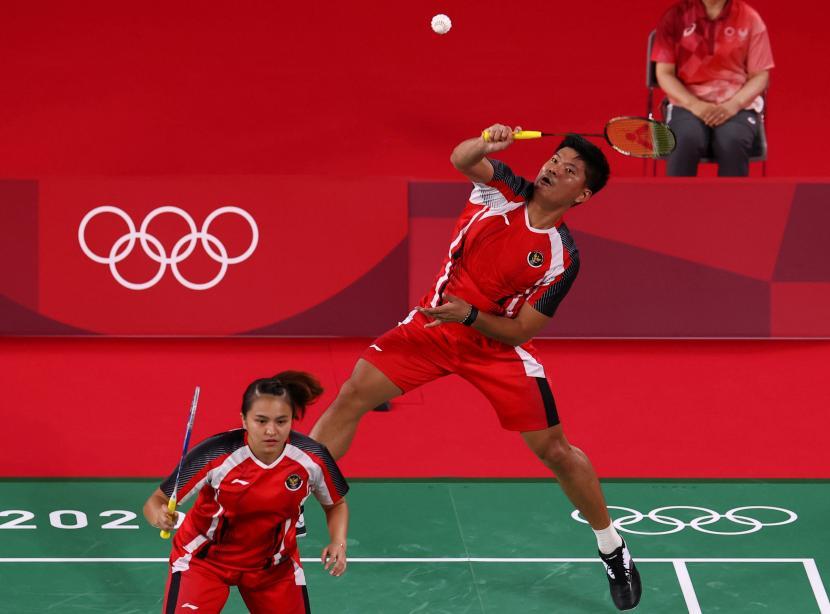 Ganda campuran bulutangkis Indonesia Praveen Jordan (kanan) dan Melati Daeva Oktavianti di Olimpiade 2020.