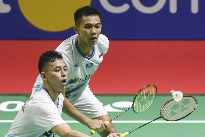 Ganda putra Indonesia, Fajar Alfian (kanan) dan Muhammad Rian Ardianto, berusaha mengembalikan kok pada turnamen Indonesia Terbuka 2019. (ilustrasi)